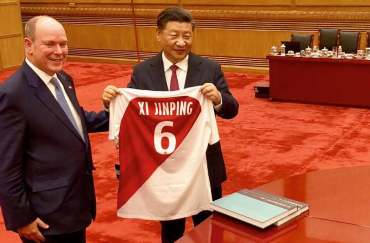 El Príncipe Alberto le da una camiseta a Xi Jinping