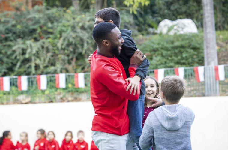 Deux Rouge et Blanc en visite à l'école primaire de Fontvieille