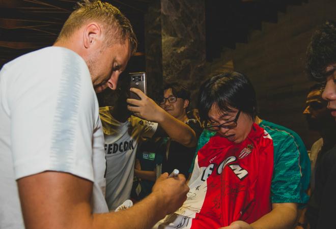 我们在深圳:与球迷合影,送签名留念