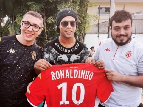 Ronaldinho reçoit l'AS Monaco Esports