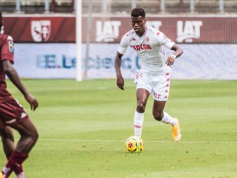 Бенуа Бадиашиль становится лучшим футболистом месяца
