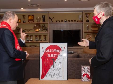 Президент «Монако» вручил подарок князю Альберу II