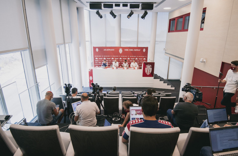 Première conférence de presse au Centre de performance